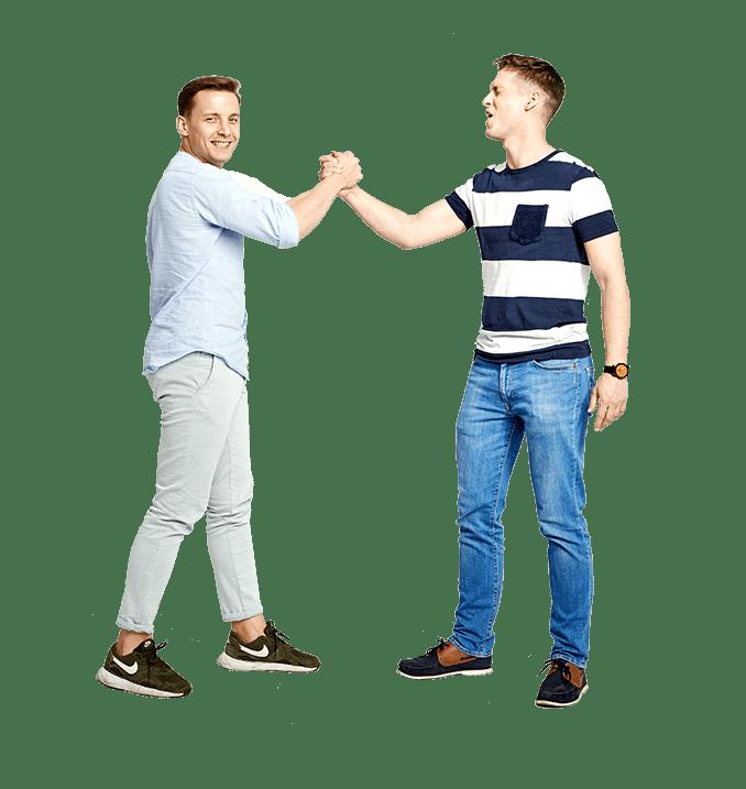 Dwóch mężczyzn przybijających piątkę