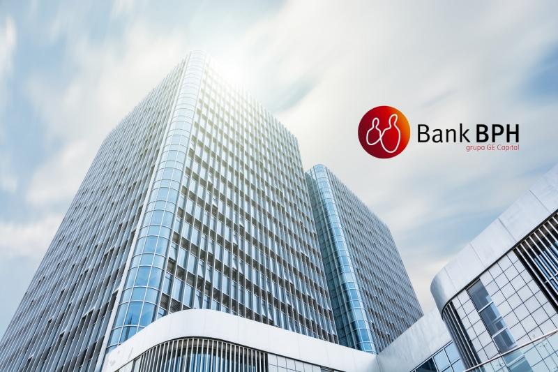 Logotyp Bank BPH na tle szklanego biurowca
