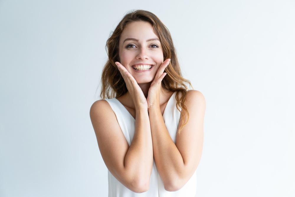 Uśmiechnięta młoda kobieta w długich ciemnych włosach - system motywacyjny