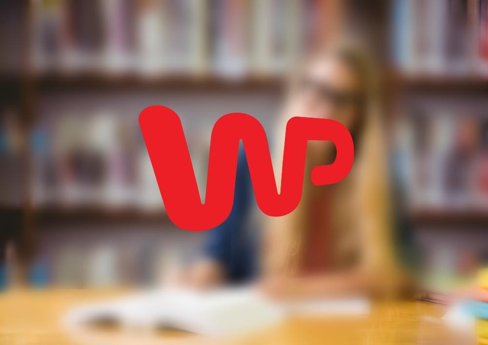logo WP na tle regałów z książkami